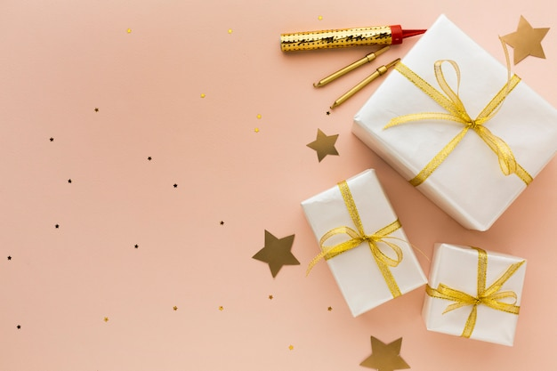 Bovenaanzicht geschenken voor feest met kopie-ruimte