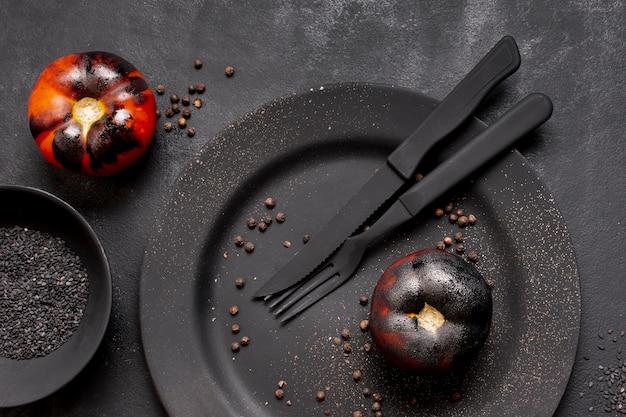 Bovenaanzicht geschilderd zwarte gebakken tomaten bovenaanzicht