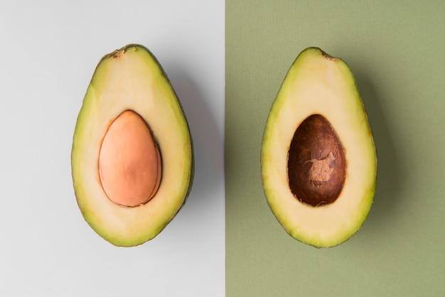 Bovenaanzicht gesneden avocado