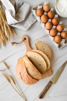 Bovenaanzicht gesneden brood en eieren