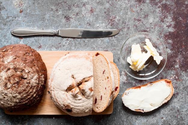 Bovenaanzicht gesneden brood met boter