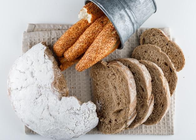Bovenaanzicht gesneden brood met turkse bagel op witte ondergrond. horizontaal