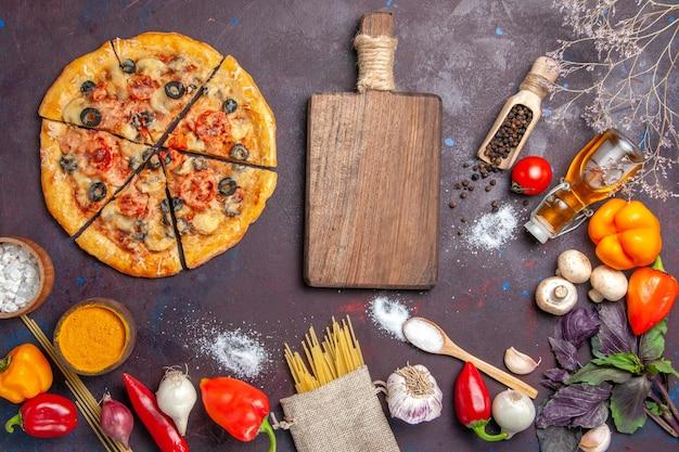 Bovenaanzicht gesneden champignon pizza heerlijk deeg met verse groenten op het donkere oppervlak deeg maaltijd eten italiaanse bak