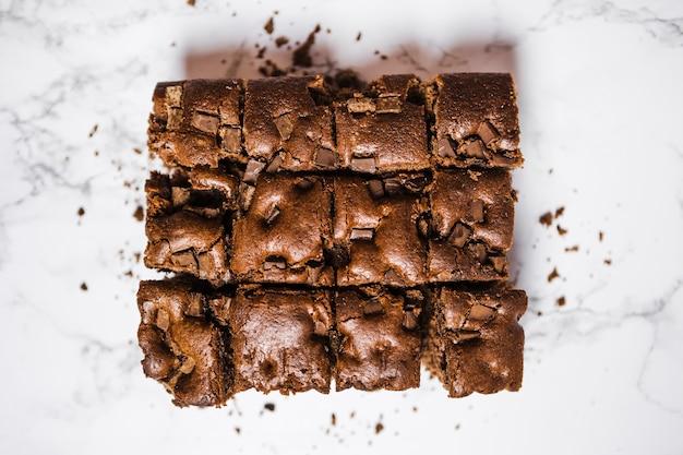 Bovenaanzicht gesneden chocoladetaart op marmeren tafel