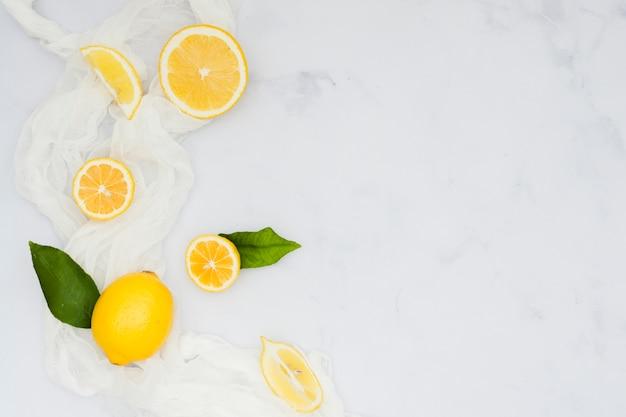 Bovenaanzicht gesneden citroenen
