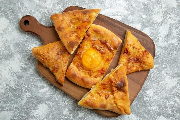 Bovenaanzicht gesneden ei gebak gebakken brood op een witte achtergrond bak gebak oven deeg voedsel maaltijd brood broodje