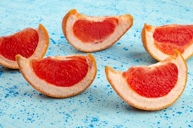 Bovenaanzicht gesneden grapefruits sappig zacht op de heldere blauwe achtergrond