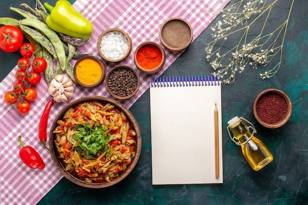 Bovenaanzicht gesneden groente maaltijd heerlijke bonen maaltijd met verschillende kruiden op de blauwe achtergrond