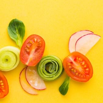 Bovenaanzicht gesneden groenten arrangement