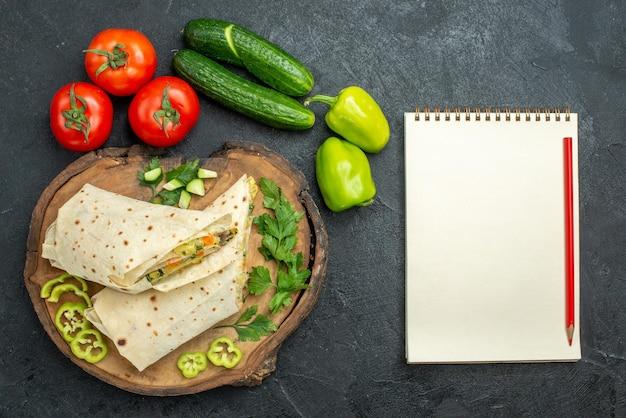 Bovenaanzicht gesneden heerlijke shaurma salade sandwich met verse groenten op het grijze oppervlak pita maaltijdsalade hamburger sandwich
