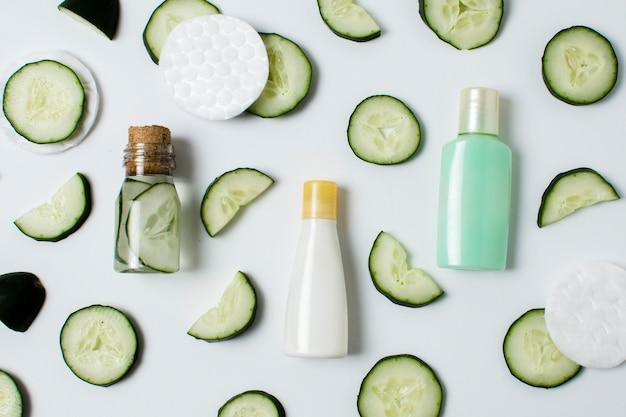 Bovenaanzicht gesneden komkommer in kleine container