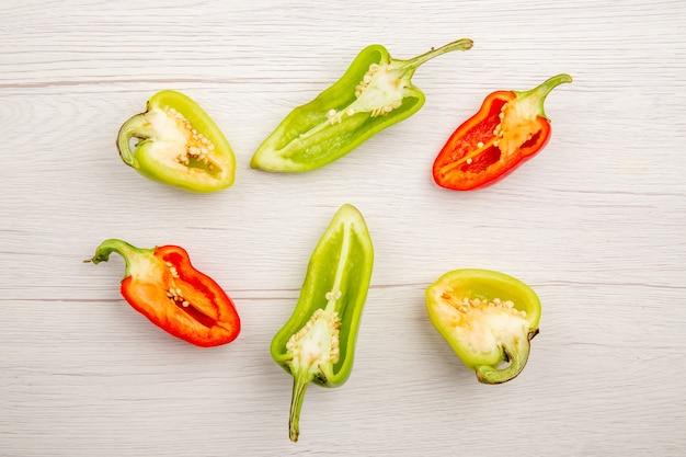 Bovenaanzicht gesneden paprika op witte tafel