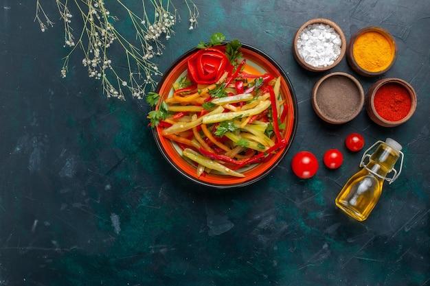 Bovenaanzicht gesneden paprika smakelijke gezonde salade met kruiden en olijfolie op donkere achtergrond
