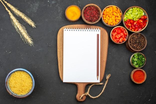 Bovenaanzicht gesneden peper met verschillende kruiden op grijze achtergrond maaltijdsalade gezondheid groente pittig heet