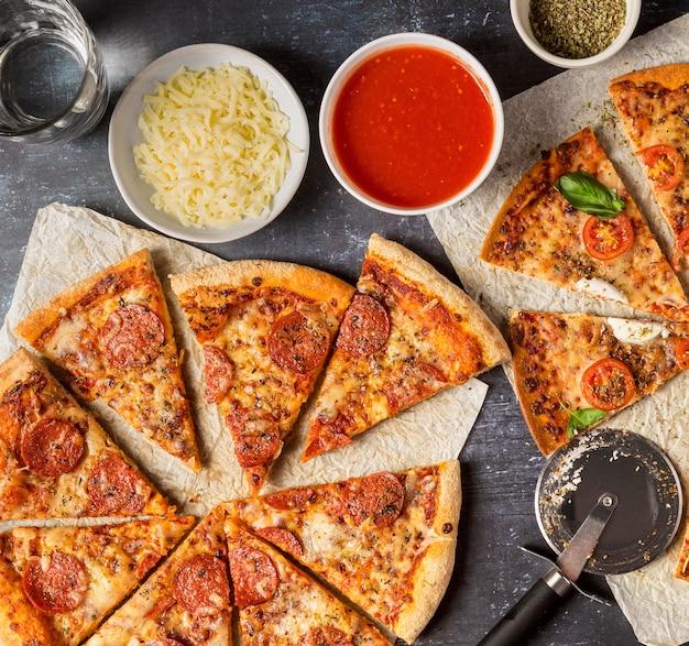 Bovenaanzicht gesneden pizza met tomatensaus en mozzarella