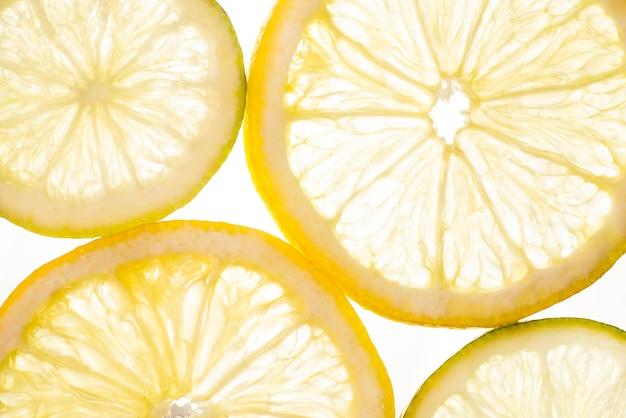 Bovenaanzicht gesneden plakjes zure citroenen