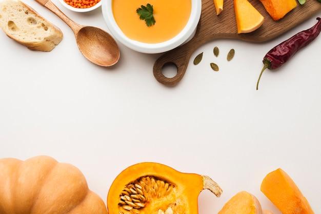 Bovenaanzicht gesneden pompoen linze en ingrediënten met kopie ruimte