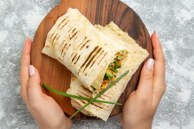 Bovenaanzicht gesneden sandwich met gegrild vlees op witte achtergrond hamburger sandwich maaltijd eten