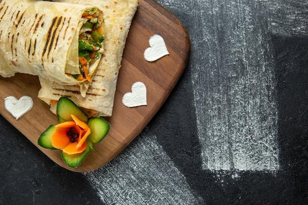 Bovenaanzicht gesneden sandwich met vlees en groenten op een grijze achtergrond maaltijd sandwich hamburger eten