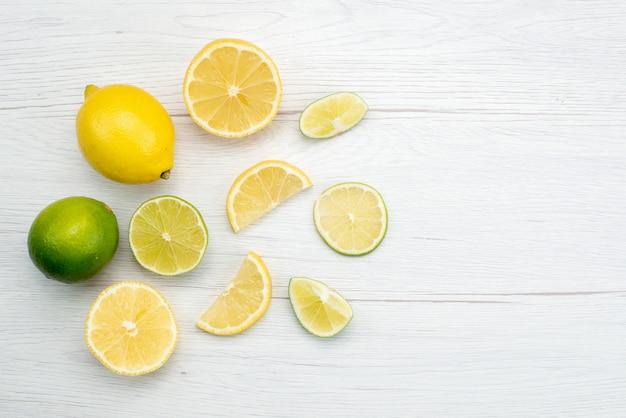 Bovenaanzicht gesneden verse zure en sappige citroen gesneden op wit, citrusvruchten tropisch sap