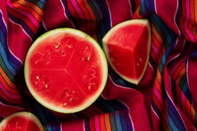 Bovenaanzicht gesneden watermeloen op stof