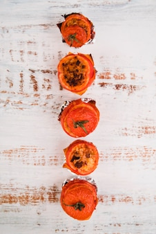 Bovenaanzicht gevulde tomaten op tafel