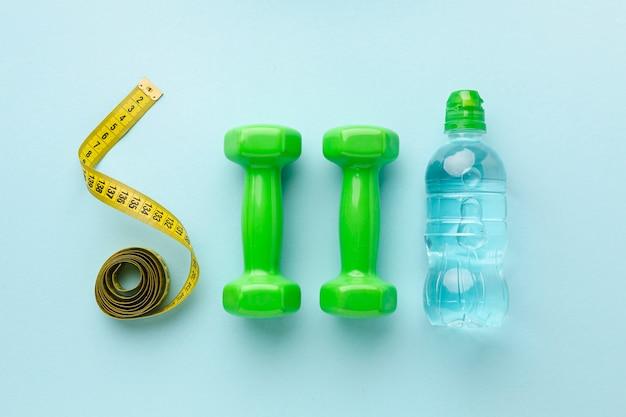 Bovenaanzicht gewichten meter en fles water