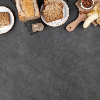 Bovenaanzicht gezond bananenbrood met kopie ruimte