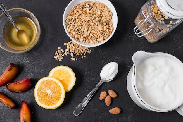 Bovenaanzicht gezond ontbijt met honing en haver