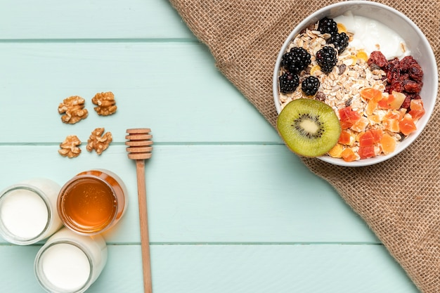 Bovenaanzicht gezond ontbijt met honing