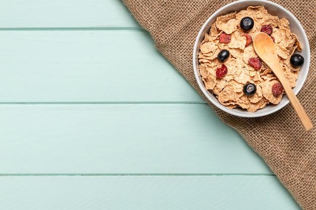 Bovenaanzicht gezond ontbijt met kopie ruimte