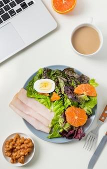 Bovenaanzicht gezond ontbijt met sla en ham