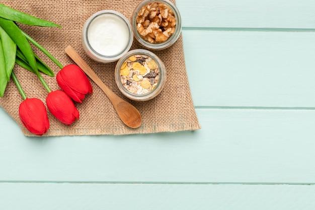 Bovenaanzicht gezond ontbijt met tulpen