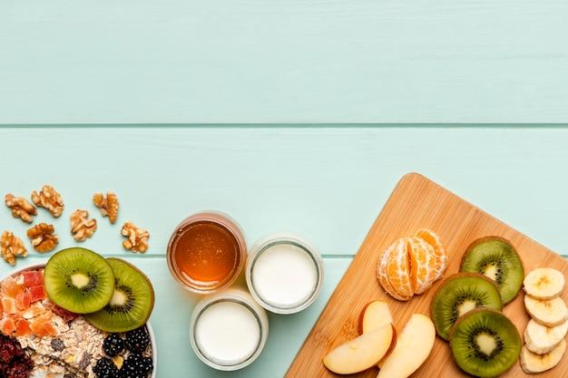 Bovenaanzicht gezond ontbijt op tafel