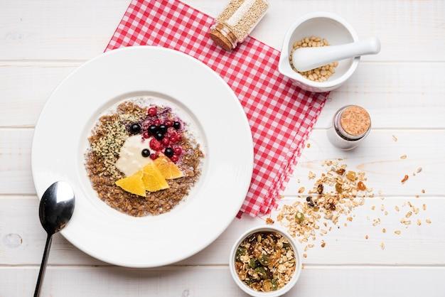 Bovenaanzicht gezond voedzaam ontbijt