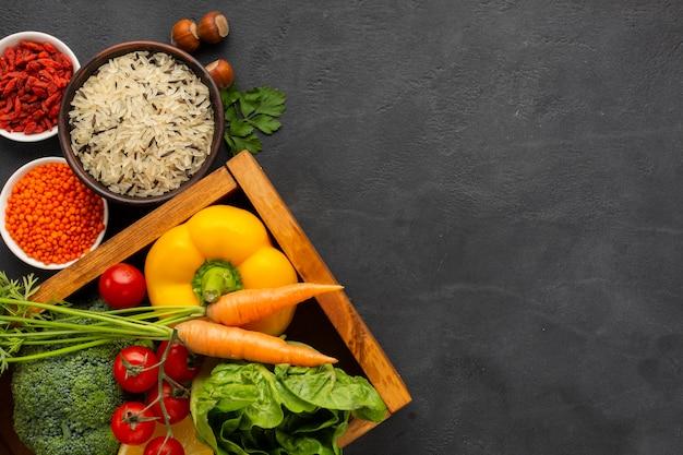 Bovenaanzicht gezonde groenten en zaden met kopie-ruimte