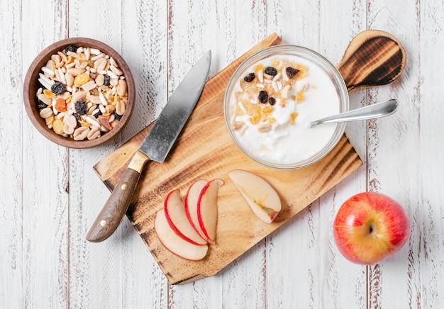 Bovenaanzicht gezonde ontbijtkom met haver en appel