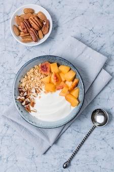 Bovenaanzicht gezonde ontbijtkom met haver