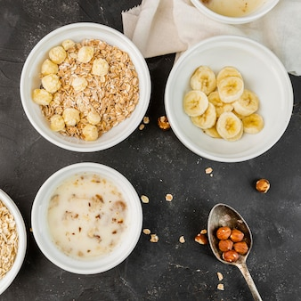 Bovenaanzicht gezonde ontbijtkommen met fruit