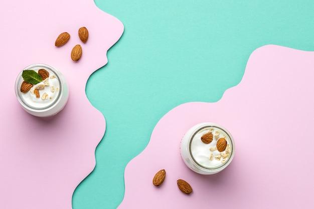 Bovenaanzicht gezonde ontbijtmaaltijd met yoghurt arrangement