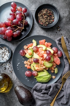 Bovenaanzicht gezonde salade klaar om te worden geserveerd