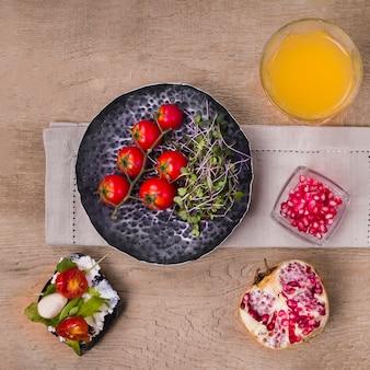 Bovenaanzicht gezonde salade met tomaten