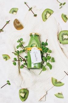 Bovenaanzicht gezonde smoothie met kiwi