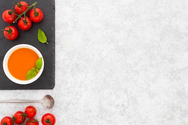 Bovenaanzicht gezonde tomatensoep met kopie ruimte