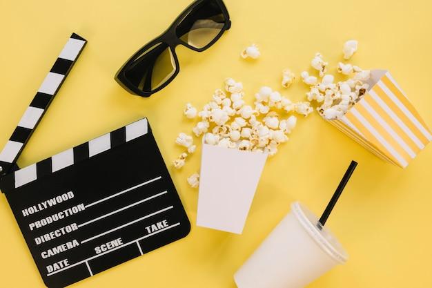 Bovenaanzicht gezouten popcorn dozen met filmklapper