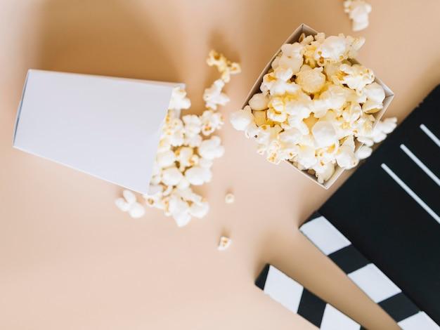 Bovenaanzicht gezouten popcorn met filmklapper