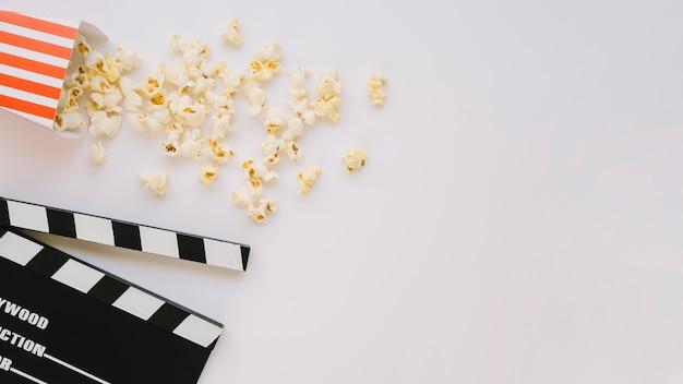Bovenaanzicht gezouten popcorn met kopie ruimte