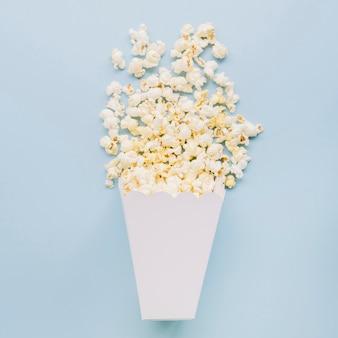 Bovenaanzicht gezouten popcorn op tafel