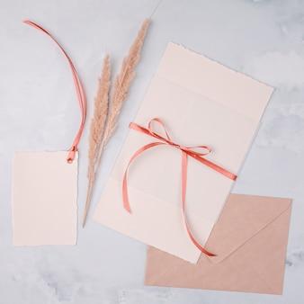 Bovenaanzicht girly arrangement voor huwelijksuitnodigingen