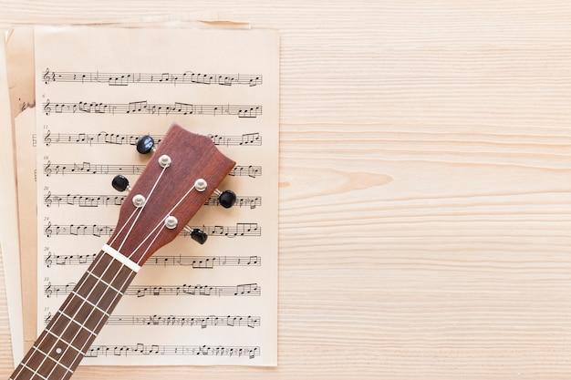 Bovenaanzicht gitaar hals met muziek blad